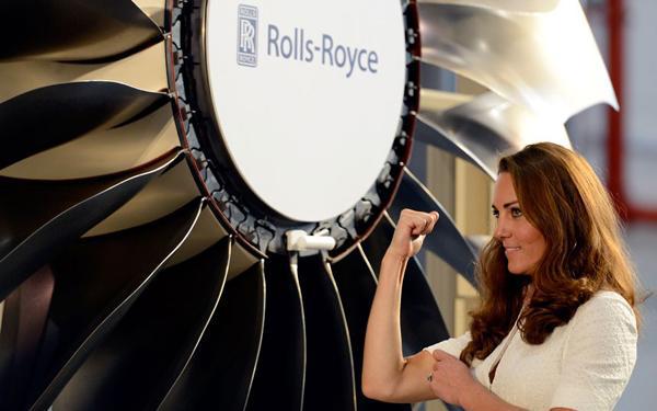 凯特王妃站在英国罗罗公司制造的发动机前做加油的手势,以示鼓励